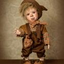 Twist Olivér fantasy figura, porcelán testű baba, Dekoráció, Képzőművészet , Szobor, Kerámia, Baba-és bábkészítés, Kerámia, Az árvaházban dolgozó és éhező fiúk sorsot húznak: ki álljon oda a marcona felügyelő elé azzal, hogy..., Meska