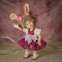 Kis titkos boszorkány, porcelán testű baba: LUCA, Képzőművészet , Játék, Szobor, Játékfigura, Baba-és bábkészítés, Kerámia, Mesebeli lányka Leszel-e szép mátka? Székre állt legényed, lesz-e a vőlegényed?  Luca (nyuszi bőrbe..., Meska