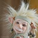 Kobold figura, porcelán testű baba: TEÓ, Képzőművészet , Esküvő, Dekoráció, Szobor, Baba-és bábkészítés, Kerámia,  Kicsi e vándor, s nagy a tatyó. Ki bandukol ott? Á! Teó, a kobold.  Erdőszélén iskola...s vajon me..., Meska