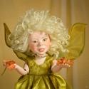 Tündér figura, mozgatható porcelánbaba kabala - Eliza virágtündér, Képzőművészet, Otthon, lakberendezés, Dekoráció, Ünnepi dekoráció, Baba-és bábkészítés, Kerámia, Tündér figura kabala - Eliza virágtündér  Pitypangnak látszott éppen, ez a kis tündérke a réten, Ám..., Meska