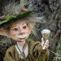 Brúnó - kalandor kobold figura mozgatható porcelánbaba kabala, Képzőművészet, Dekoráció, Férfiaknak, Mindenmás, Baba-és bábkészítés, Kerámia, Brúnó - kalandor kobold figura   Erdők-mezők, legelők és kertek, Brúnó a kalandor mind ismeri őket...., Meska