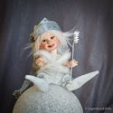 Minó - mini mágus figura mozgatható porcelánbaba kabala , Képzőművészet, Dekoráció, Karácsonyi, adventi apróságok, Ünnepi dekoráció, Baba-és bábkészítés, Kerámia, Minó - mini mágus figura   Mi csillan ott? Ott az a pirinyó? Ő nem más mint a mágus Minó, Varázsbot..., Meska