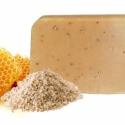 Mézes - zabpelyhes kézműves szappan, Szépségápolás, Szappan, tisztálkodószer, Natúrszappan, Növényi alapanyagú szappan, Szappankészítés, Hmmmm! Mint egy finom, mézes puszedli, csak megenni nem lehet. Ebből a szappanból sem hiányozhat az..., Meska