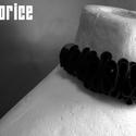 licorice extreme flamenco nyakék, Ékszer, óra, Ruha, divat, cipő, Nyaklánc, Ékszerkészítés, Újrahasznosított alapanyagból készült termékek, Egyedi kézzel készült nyaklánc. Anyaga újrahasznosított kerékpárgumi belső. Az ékszeren lévő gyöngy..., Meska
