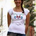 Hímzett fehér póló színes matyó madárkákkal, Magyar motívumokkal, Ruha, divat, cipő, Női ruha, Felsőrész, póló, Hímzés, Póló anyaga: 100% pamut Póló márkája: Lilifolk Póló színe: fehér  Minta színe: színes  Saját márkás..., Meska