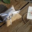 Gyűrűpárna, Rusztikus gyűrű párna, Vintage esküvő, Esküvői dekor, Csipkés, Csipke, zsákvászon, Esküvő, Gyűrűpárna, Esküvői dekoráció, Nászajándék, Rusztikus Esküvői Gyűrűpárna, Zsákvászonból finom csipkével és fehér szatén szalaggal dekorálva.  A ..., Meska