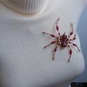 Pók piros-arany színekben (kitűző, bross), Ékszer, óra, Bross, kitűző, Medál, Gyöngyfűzés, Anyaga-gyöngyök, drót, kitűzőalap.  Mérete - 9 x 10 cm  Mivel a bross drót alapon készült, így tets..., Meska