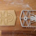 Star Wars - TIE alakú sütemény kiszúró, keksz forma, Konyhafelszerelés, Férfiaknak, Fotó, grafika, rajz, illusztráció, Mindenmás, Star Wars keksz, süti, sütemény / Tie Fighter  Star Wars party-hoz, bulihoz szuper kiegészítő, vagy..., Meska