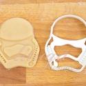 Star Wars - NEW, az új Stormtrooper alakú sütemény kiszúró forma, Konyhafelszerelés, Férfiaknak, Konyhafőnök kellékei, Fotó, grafika, rajz, illusztráció, Mindenmás, Az új SW Stormtooper-t  formázó sütemény kiszúrót is el kellett készítenünk :)    Kb. 8cm x 7 cm.  ..., Meska