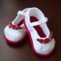 Romantikus horgolt kis cipő , Baba-mama-gyerek, Ruha, divat, cipő, Cipő, papucs, Horgolás,  Piros talpú fehér cipőcske, 3-3 db szatén rózsával díszíve. 10 cm-es talpméretben készült, de szíve..., Meska
