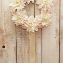 Rózsák és dáliák - fali koszorú, Dekoráció, Otthon, lakberendezés, Húsvéti apróságok, Dísz, Virágkötés, Egyedi koszorú! Egyetlen egy készült belőle, a virágok egyedisége miatt!  Halvány rózsaszín habrózs..., Meska