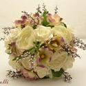 Ekrü-lila boglárkás szellőrózsás menyasszonyi csokor Rendelhető!, Esküvő, Esküvői csokor, Virágkötés, Az ekrü boglárkás és lilás szélű, zöld közepű szellőrózsa csokrot apró bogyós ágakkal díszítettem. ..., Meska