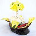 """""""ALKALMI""""  asztaldísz, Dekoráció, Otthon, lakberendezés, Virágkötés, Asztali dísz, amelynek alapja lakkozott faszelet, polifoam rózsákkal, kálával, gyöngyökkel és szára..., Meska"""