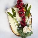 dísz, Dekoráció, Dísz, Ünnepi dekoráció, Virágkötés, dísz, amelynek alapja lakkozott faszelet,hungarocel piros bogyó, selyem fehér rózsa,fehér gyöngyvir..., Meska