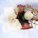 mécses taró, Dekoráció, Virágkötés, halottak napi dísz, amelynek alapja lakkozott faszelet,száraz termés,száraz virág, hungarocel fehér..., Meska