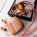 Őszi színvarázs üvegékszer gyűrű, nyaklánc két pár fülbevalóval , Ékszer, óra, Nyaklánc, Fülbevaló, Gyűrű, Ékszerkészítés, Üvegművészet, Áttetsző karamell és sötét barackvirág, narancs, sárga, rózsaszín csíkos üvegek felhasználásával ké..., Meska