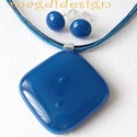 Kék-kocka üvegékszer szett, nyaklánc, fülbevaló, Ékszer, óra, Nyaklánc, Fülbevaló, Ékszerszett, Ékszerkészítés, Üvegművészet, Középkék üveg felhasználásával készült a medál és a fülbevaló, olvasztásos technikával. A medál 3 x..., Meska