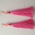 Pink hosszú bojt fülbevaló, Ékszer, óra, Fülbevaló, Ékszerkészítés, Pink hosszú selyem bojt fülbevaló, melyet kocka alakú, színben passzoló gyönggyel díszítettem.  A f..., Meska