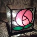 Piros rózsás mécsestartó, Dekoráció, Otthon, lakberendezés, Dísz, Gyertya, mécses, gyertyatartó, Üvegművészet, Rézfóliás technikával, 3mm vastag üvegből készült mécsestartó.  Alap méret: 8.5x8.5 cm, magassága 8..., Meska