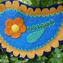 Cspp alakú virágos, tűnemezelt filc franciacsat, Ruha, divat, cipő, Ékszer, óra, Hajbavaló, Hajcsat, Hímzés, Nemezelés, Méret: 10.5*7cm Tűnemezeléssel, varrással, hímzéssel készült ez a csepp alakú virágos, kék - sárga ..., Meska