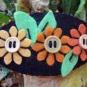 Filc franciacsat narancssárga virágokkal fekete háttérrel, Ruha, divat, cipő, Hajbavaló, Hajcsat, Varrás, Kb. 8*4.5cm ez a bájos virágos filc franciacsat, a kétfokozatú csatszerkezet pedig 6cm. Filcből kés..., Meska