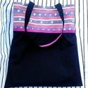 Fekete és rózsaszín táska, Táska, Válltáska, oldaltáska, Tarisznya, Varrás, A táska fekete , és pink virág mintás vászon kombinációjával készült. Az elejére és a fülére pink s..., Meska
