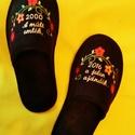 Hímzett szoba papucs, személyes üzenettel., Ruha, divat, cipő, Cipő, papucs, Varrás, Hímzés, Lakásban hordható szivacsos plüss és nubuk hatású fekete  szövetből készített házi papucs. A járó f..., Meska