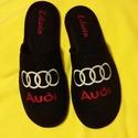 Szoba papucs Férfiaknak Audi logóval hímezve, névre szólóan., Ruha, divat, cipő, Férfiaknak, Cipő, papucs, Varrás, Hímzés, Lakásban hordható szivacsos plüss és fekete nubuk hatású szövetből  készített szoba papucs. A járó ..., Meska