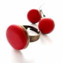 Piros bőr szett, Ékszer, óra, Fülbevaló, Ékszerkészítés, Piros bőr fülbevaló, bronz foglalattal, franciakapcsos változatban, valamint bronz alappal készült ..., Meska