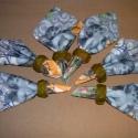 Domborított bőr szalvéta gyűrű szett, Dekoráció, Konyhafelszerelés, Ünnepi dekoráció, Karácsonyi, adventi apróságok, Bőrművesség, Fémmegmunkálás, Fa alapon zöld kecskebőrrel bevont domborított hullám mintájú, fűzött összeállítású 6 darabos szalv..., Meska