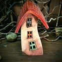 Kerámia mécsesház (nagyobb) -piros tetővel, fával az oldalán, Otthon, lakberendezés, Dekoráció, Gyertya, mécses, gyertyatartó, Kerámia, Mesefalu hangulatát idéző mécsesház. Lehet kockás, lehet romantikusabb, növényi motívumokkal díszít..., Meska