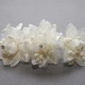 Menyasszonyi fejdísz,hajdísz krém 3 virágos-fésűs, Dekoráció, Esküvő, Hajdísz, ruhadísz, Ékszerkészítés, A fém alapra 3 nagy krém virágot rögzítettem.Közepén kristályok. Fém fésűs.  Szín:krém Méret:12cm  ..., Meska