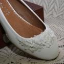 Menyasszonyi lapos cipő,egyedi díszítéssel,törtfehér 37-es, Esküvő, Ruha, divat, cipő, Cipő, cipőklipsz, Cipő, papucs, Gyöngyfűzés, Varrás, Alacsony sarkú,telitalpú cipő,kerek orr résszel.Csipke,és gyöngy díszítéssel. Nagyon különleges,gar..., Meska