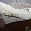 Menyasszonyi telitalpú cipő, törtfehér 39, Esküvő, Ruha, divat, cipő, Cipő, cipőklipsz, Cipő, papucs, Gyöngyfűzés, Varrás, Telitalpú menyasszonyi cipő,kerek orr résszel.Csipke,gyöngy és textil virág díszítéssel,gyöngyház f..., Meska