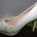 Menyasszonyi platform cipő,egyedi díszítéssel,törtfehér 41-es, Esküvő, Ruha, divat, cipő, Cipő, cipőklipsz, Cipő, papucs, Gyöngyfűzés, Varrás, Platformos menyasszonyi cipő,csipke,gyöngy és kristály díszítéssel. Nagyon különleges,garantáltan e..., Meska