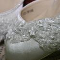 Szatén menyasszonyi cipő,egyedi díszítéssel,fehér 37, Esküvő, Ruha, divat, cipő, Cipő, cipőklipsz, Cipő, papucs, Gyöngyfűzés, Varrás, Közepes sarkú,szatén szandálcipő.Csipke és gyöngy díszítéssel. Nagyon különleges,garantáltan egyedi..., Meska