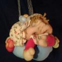 Bébi manó baba, Képzőművészet , Otthon, lakberendezés, Baba-mama-gyerek, Játék, Baba-és bábkészítés, Varrás, Felakasztható, édesdeden alvó tünci-bünci bébi baba keresi szerető tulajdonosát :) A manócska 12 cm..., Meska