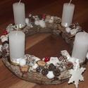 Adventi asztaldísz, Karácsonyi, adventi apróságok, Karácsonyi dekoráció, Virágkötés, Az alap szalma koszorú, amit szárított fakéreggel ragasztottam körbe. Erre kerültek rá a fehér matt..., Meska