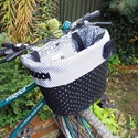 Biciklikosárba rakható táska fekete-fehér pöttyös, Táska, Válltáska, oldaltáska, Szatyor, Kosárka, Varrás, Dobd fel a bringád ezzel az egyedi táskával! Tökéletesen illeszkedik a bicikli kosarába, de önálló ..., Meska