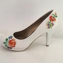 Menyasszonyi cipő , Esküvő, Ruha, divat, cipő, Cipő, cipőklipsz, Cipő, papucs, Gyöngyfűzés, Hímzés, Eladó a képen látható egyedileg kézzel díszített menyasszonyi cipő. Kézzel hímzett , gyöngyökkel és..., Meska