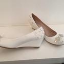 Menyasszonyi cipő telitalpú, Esküvő, Ruha, divat, cipő, Cipő, cipőklipsz, Cipő, papucs, Gyöngyfűzés, Hímzés, Eladó egy egyedi kézzel díszített telitalpú Menyasszonyi cipő!  Mérete 37-es Színe: fehér, ezüst Be..., Meska