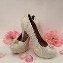 Klasszikus ekrü gyöngyös menyasszonyi cipő, Esküvő, Ruha, divat, cipő, Cipő, cipőklipsz, Cipő, papucs, Hímzés, Gyöngyfűzés, Eladó a képen látható Egyedi kézzel díszített Ekrü, gyöngyös Menyasszonyi cipő.  Mérete: 38-as Bels..., Meska
