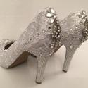 Klasszikus fehér ezüst gyöngyös menyasszonyi cipő, Esküvő, Ruha, divat, cipő, Cipő, cipőklipsz, Cipő, papucs, Hímzés, Gyöngyfűzés, Eladó a képen látható Egyedi kézzel díszített Csupa csipke és kristály Menyasszonyi Cipő.  Mérete: ..., Meska