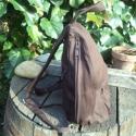 Barna vászon hátizsák rénszarvassal, Ruha, divat, cipő, Táska, Hátizsák, Varrás, Ez a kicsi hátizsák sötétbarna vászonból készült.A rénszarvas saját ötlet alapján kézi szitanyomáss..., Meska