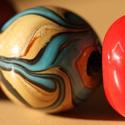 piros-virágos festett kerámia nyaklánc és karkötő, Ékszer, óra, Karkötő, Nyaklánc, Kerámia, Kerámia és bőr felhasználásával készült.  A karkötő 15-16cm vastagságú csuklóra jó. A nyaklánc rövi..., Meska