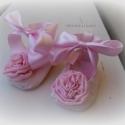 Rózsaszín nagy rózsás babacipő 0-3 hó (16-os), Ruha, divat, cipő, Baba-mama-gyerek, Cipő, papucs, Varrás, Púderrózsaszín gyűrt selyem anyagból készült ez az édes babacipőcske. Orrán a cipő méretéhez képest ..., Meska