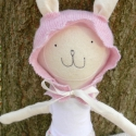 FIFI Nyuszika Öltöztetőszett, Játék, Baba, babaház, Báb, Játékfigura, Újrahasznosított alapanyagból készült termékek, Varrás, Fehér ruhás nyuszika  útra készen áll, hogy új otthonába költözön.  Fehér-rózsaszín színekbe öltözt..., Meska