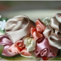 Rózsás Hajpánt, Ruha, divat, cipő, Hajbavaló, Hajpánt, Női ruha, Varrás, Fonás (csuhé, gyékény, stb.), Ebben a szatén szalagból készült díszes virág kertben rengeteg tulipán és rózsa található. Ezt az el..., Meska