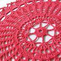 Pink kerek terítő, Otthon, lakberendezés, Lakástextil, Terítő, Horgolás, Kb. 47-48 cm átmérőjű erős rózsaszín pamutfonalból horgolt asztalterítő. Hagyományos és mégis moder..., Meska