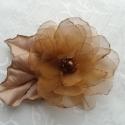 Aranybarna virág-hajdísz,kitűző, Esküvő, Ruha, divat, cipő, Hajdísz, ruhadísz, Hajbavaló, Mindenmás, Varrás, Aranybarna színű organzából készítettem ezt a virágot.Közepét gyöngyökkel díszítettem.A levelek bélé..., Meska